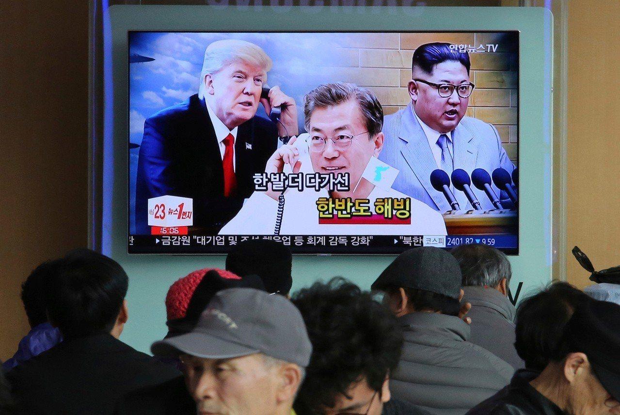 新民調顯示,南韓總統文在寅(電視畫面正中)的支持率重回50%以上,主要是川金二會...