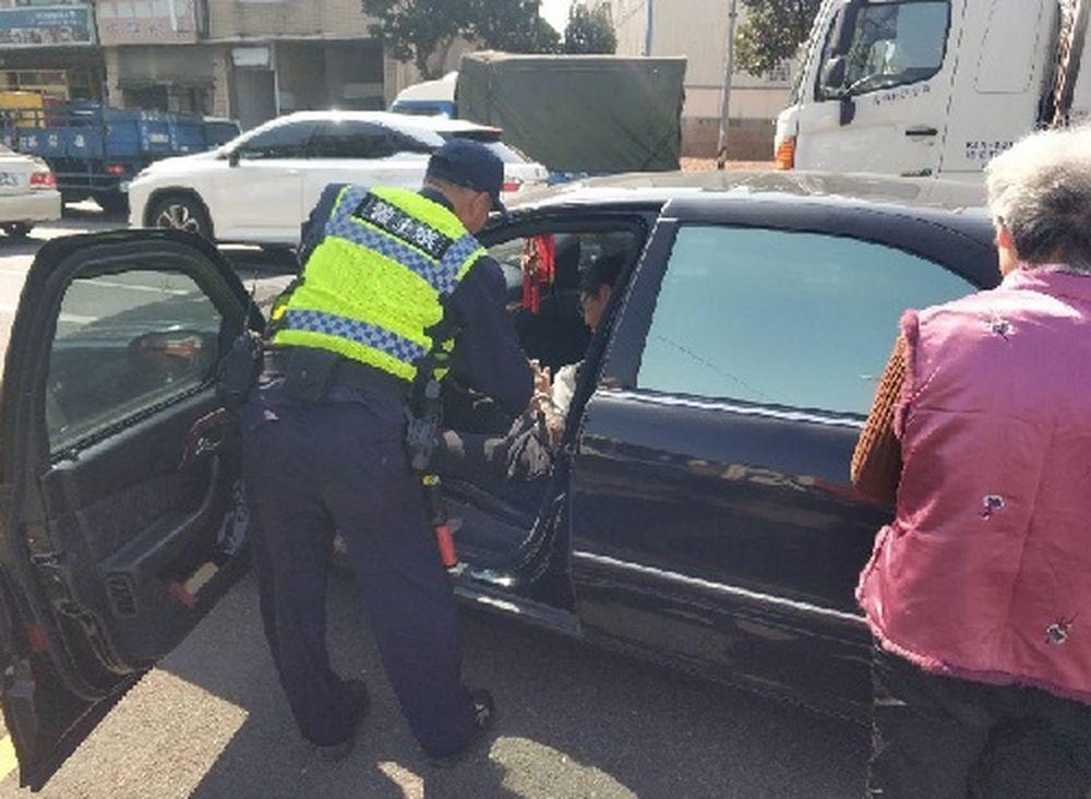 台中警救出昏迷車上的男子,他因血糖低昏迷,原本要開車載母親就醫。圖/警方提供