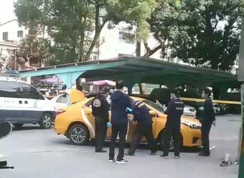 警方昨天下午在橋頭糖廠附近空地找到計程車。記者林伯驊/翻攝