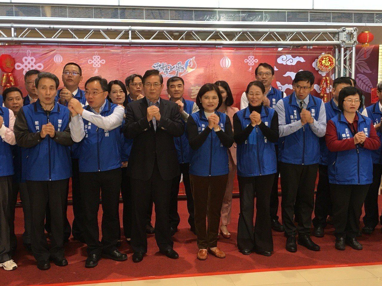 雲林縣長張麗善(右四)今天率領縣府團隊新春團拜。記者陳雅玲/攝影