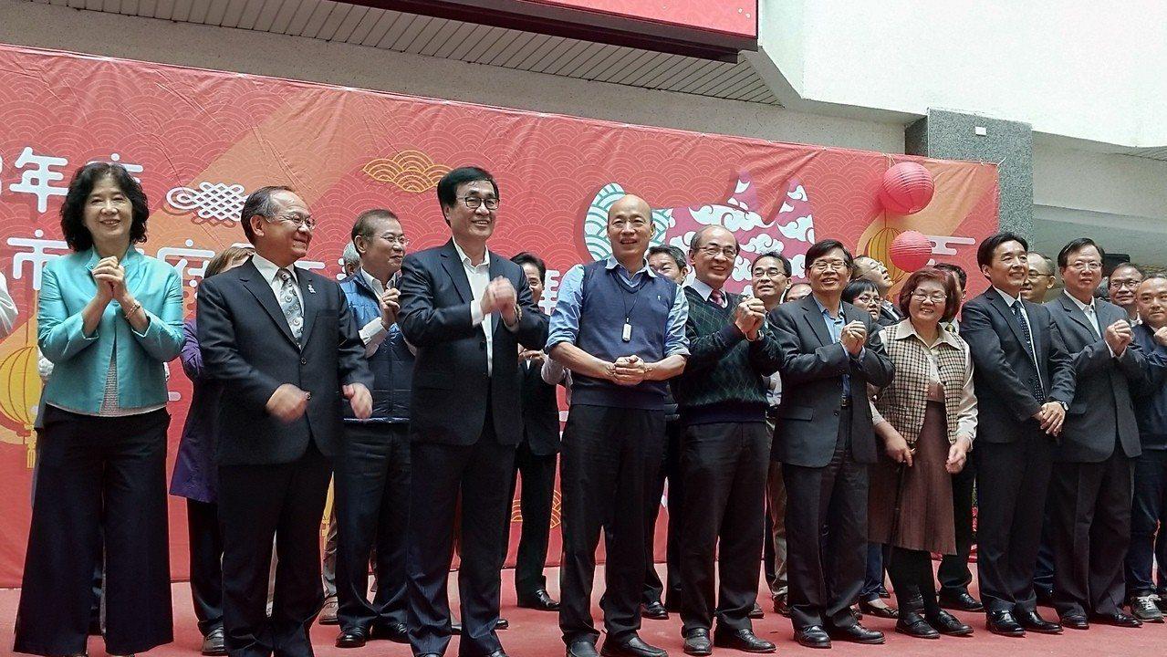 高市府今開春上班首日,上午舉行新春團拜,市長韓國瑜勉勵市府要成為服務型團隊。記者...