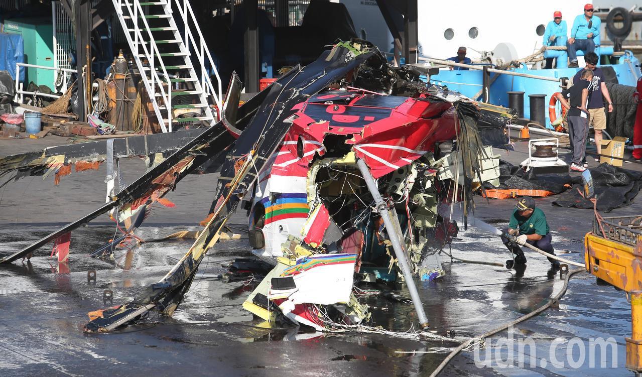 去年2月5日空勤總隊在蘭嶼失事的黑鷹直升機殘骸。聯合報系資料照/記者劉學聖攝影