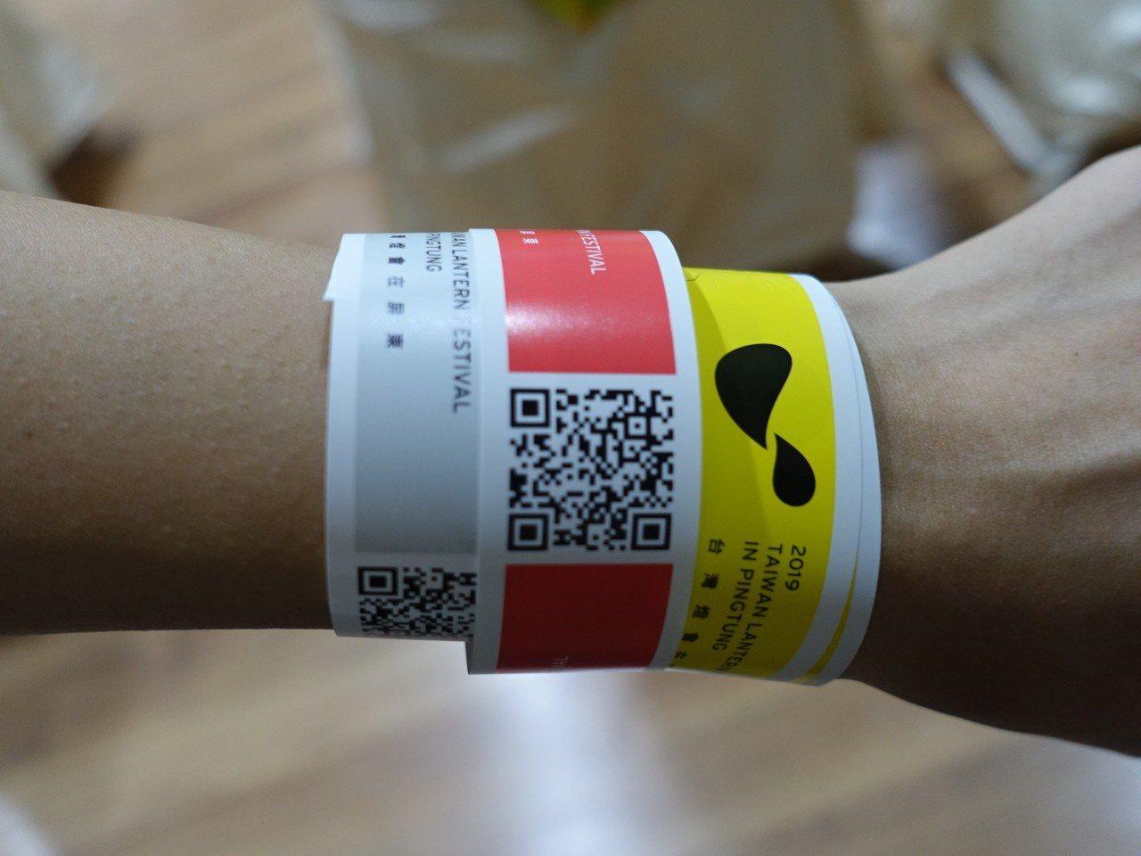 屏東縣政府今天推出「燈會交通懶人卡」,提供各種前往燈會的交通方式,還有顏色手環。...
