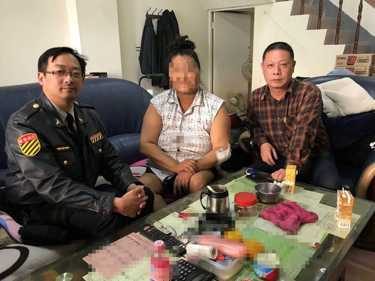 台中市太平警分局交通分隊警員夏尚騰(左)和分隊長柯文彬(右)過年期間一起慰問張婦...