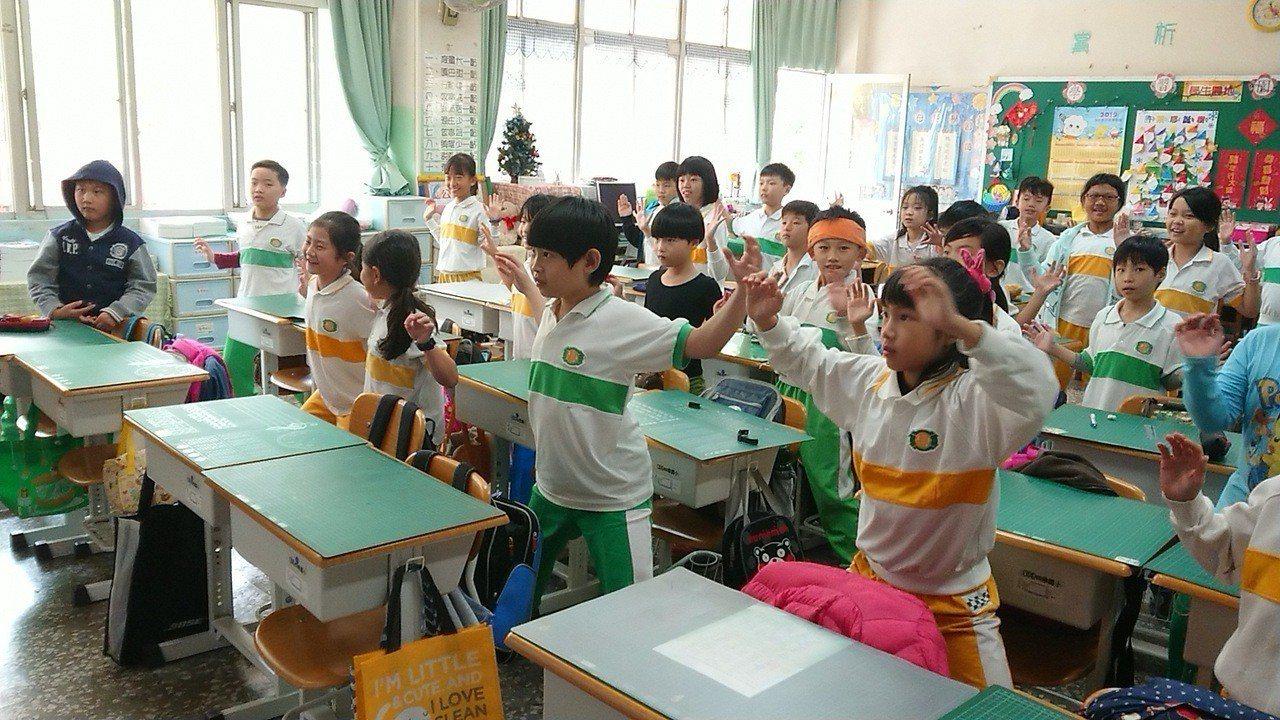 小朋友連放了寒假和春假,為避免開學後心收不回來,四維國小老師帶著小朋友做收心操、...