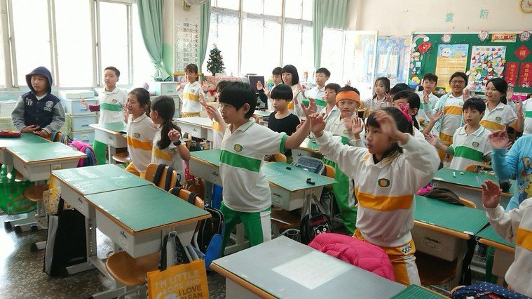 小朋友連放了寒假和春假,國小老師帶著小朋友做收心操、靜坐,重新找回學習步調。記者...