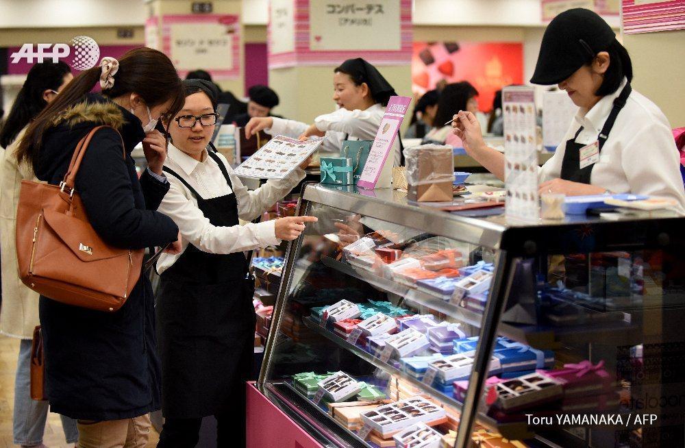 日本有項行之有年的傳統,女性在情人節當天需向男性同事和友人贈送巧克力。法新社