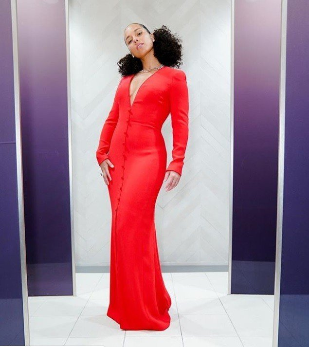 Alicia Keys以一身紅色Giorgio Armani深V長袖禮服現身,復...