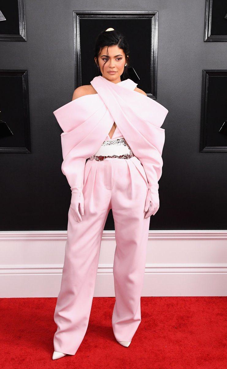 凱莉珍娜則穿了Balmain,露肩+手套設計展現獨特的性格。圖/摘自twitte...