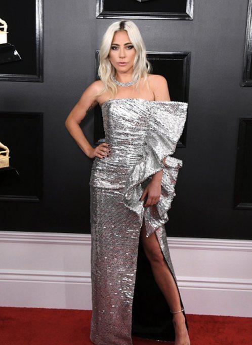 女神卡卡選擇Celine銀色不對稱禮服,側邊的抓皺荷葉邊硬挺有型,搭配高衩裙擺舞...