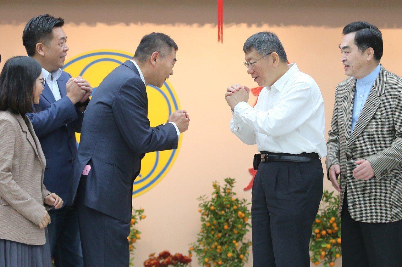 台北市長柯文哲(右二)上午赴台北市議會新春團拜,他與身旁的議長陳錦祥(左三)相互...