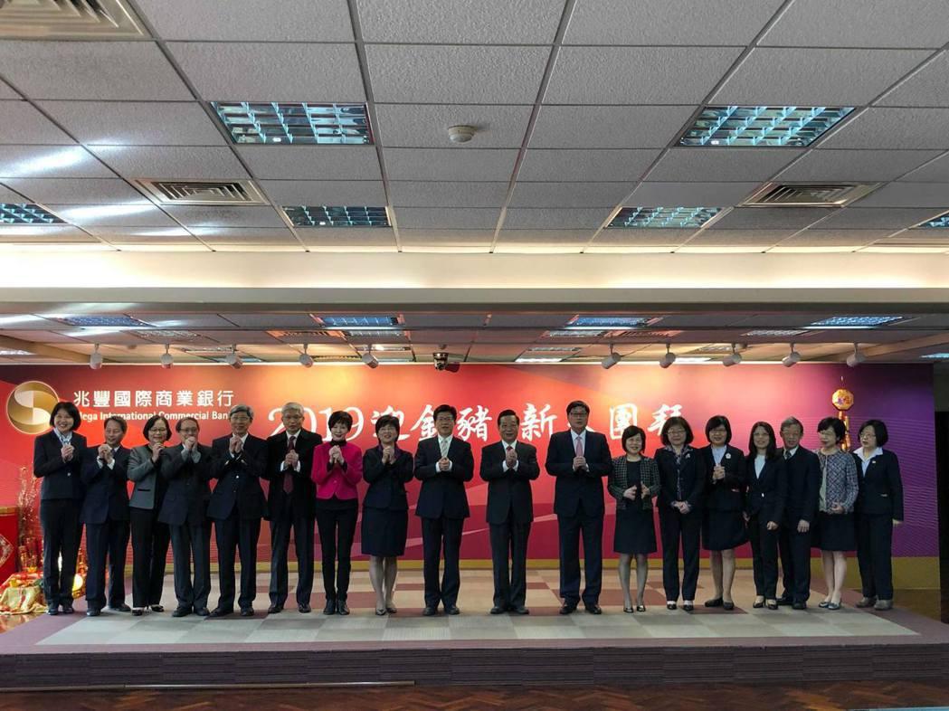 兆豐金董事長張兆順帶領金控旗下所有子公司高層主管於台上拜年。記者林子桓/攝影