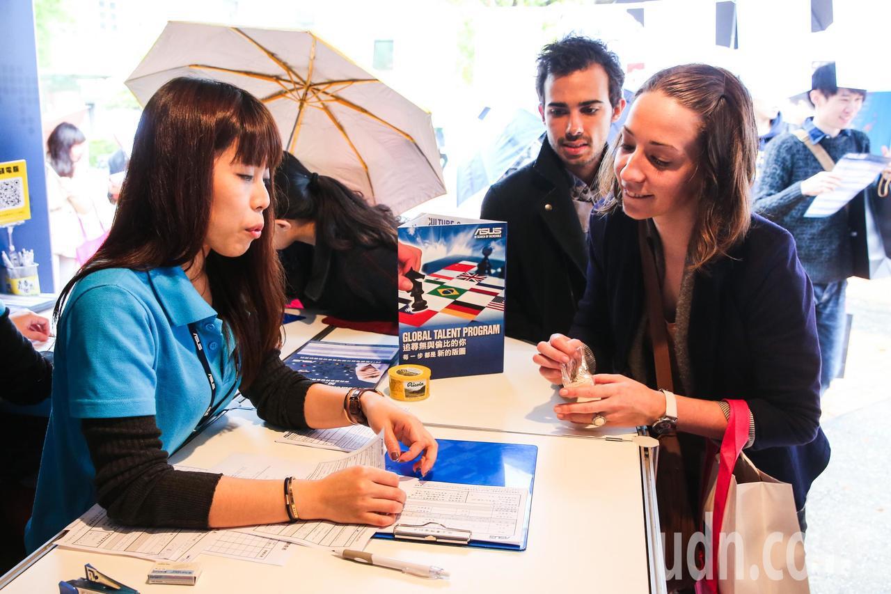 校園徵才博覽會也有外籍學生對徵才廠商興趣濃厚。聯合報系資料照/記者鄭清元攝影