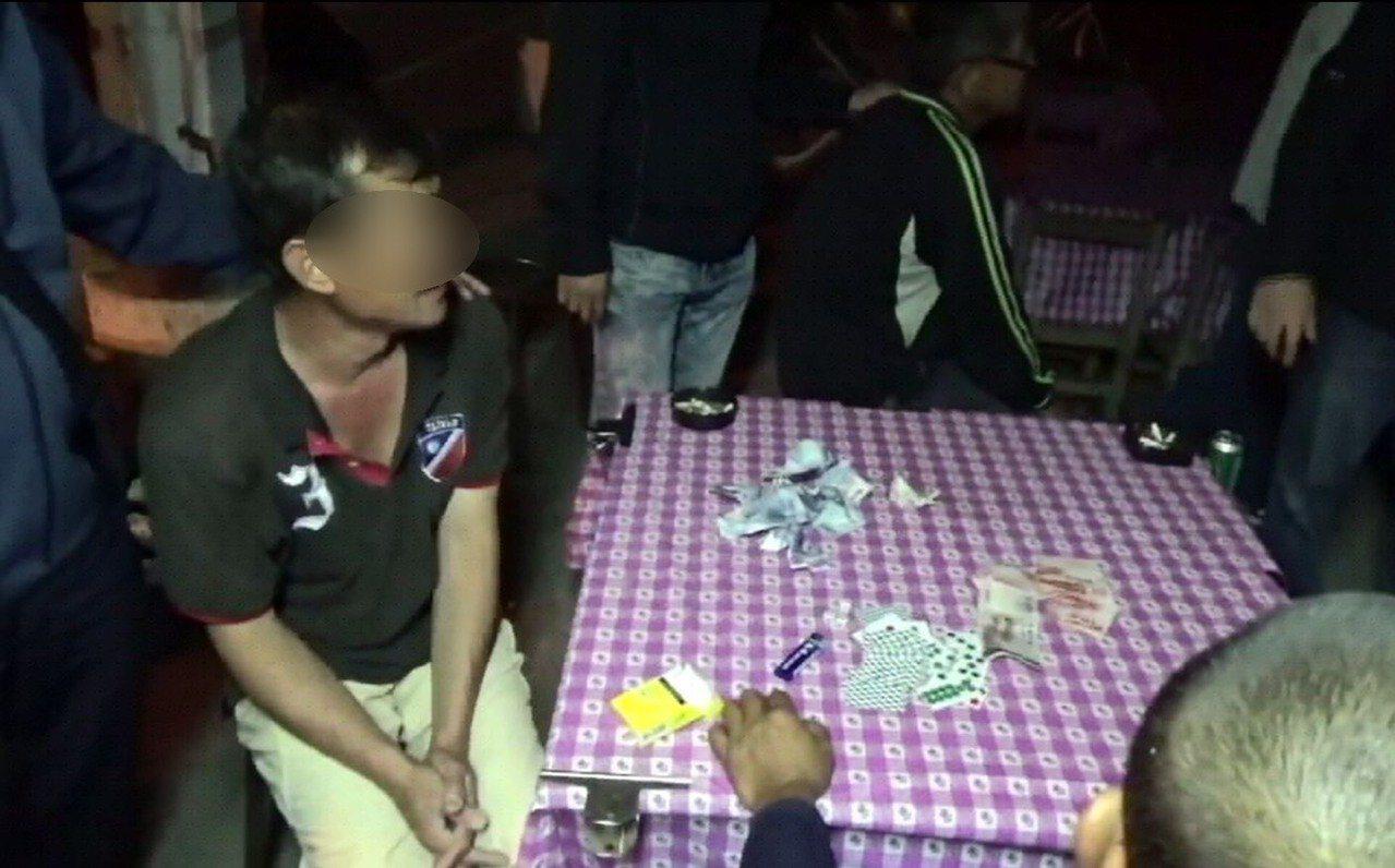 賭場邱姓負責人認為過年期間大家都有錢,而且警察不會抓賭博,找來多名友人在廟宇旁公...