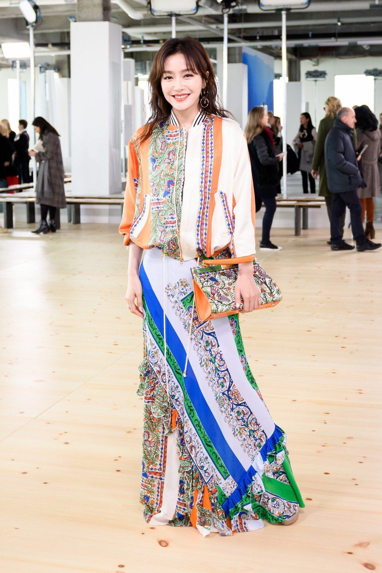秦嵐以Tory Burch春夏系列的裙裝出席看秀,飄逸的質料搭配滿滿的印花與亮眼...