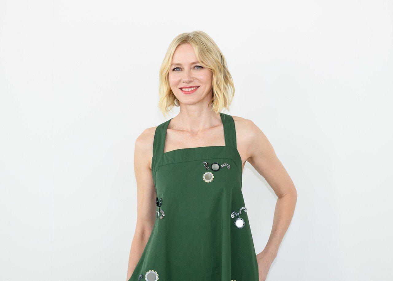 娜歐蜜華茲則是搶先穿上早秋系列的綠色洋裝,布袋式的線條加上寬肩帶與露背設計,非常...