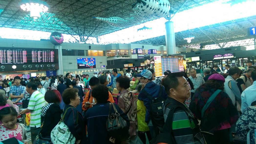 春節假期昨天結束,桃園國際機場出現大量返台人潮,據桃園機場公司統計,2月10日客...