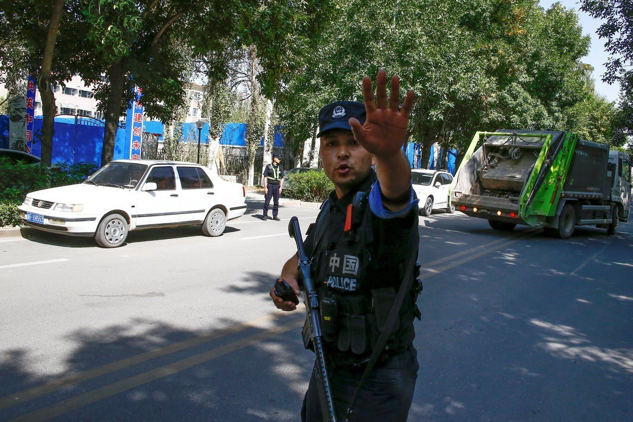 中國政府在新疆建立「再教育營」,關押大量少數民族和穆斯林。圖為在「再教育營」外的...