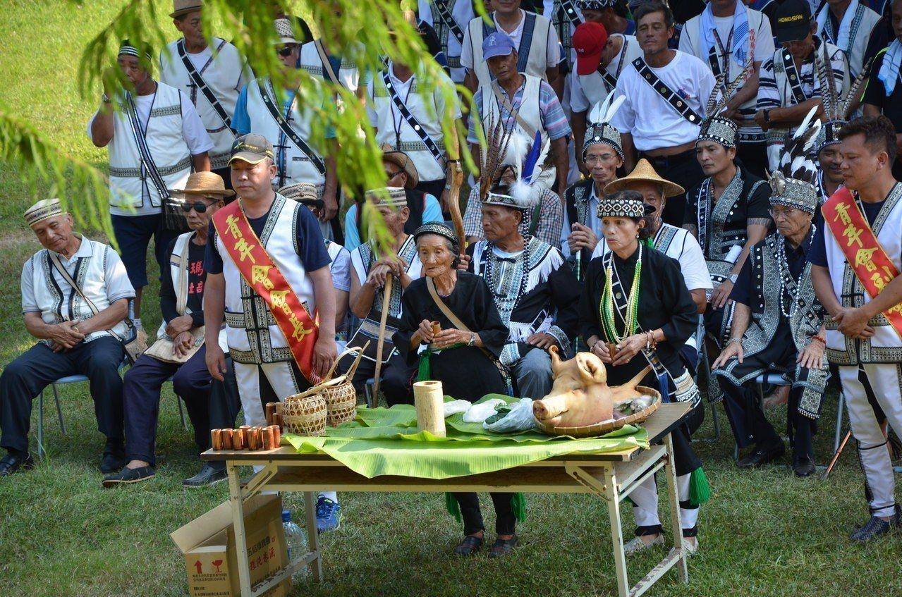 潘烏吉Ibay阿嬤(前排右2)去年主持新社部落豐年祭。圖/報系資料照