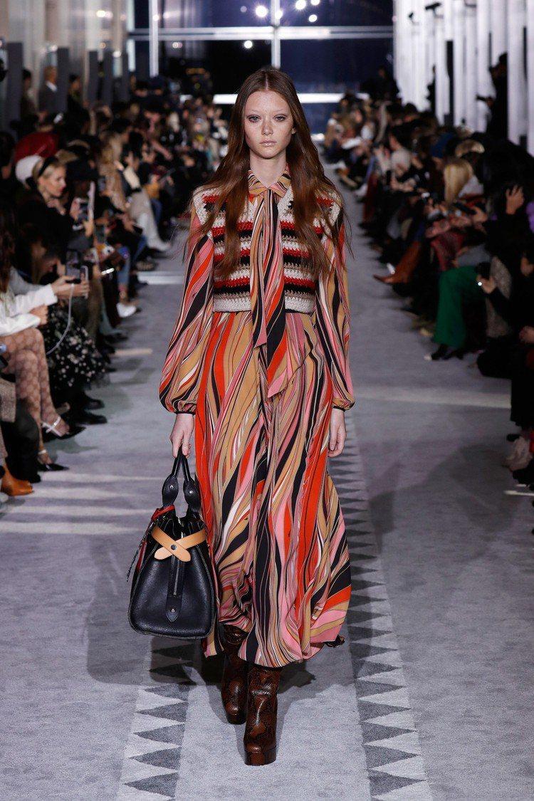 幾何、波浪色彩密密麻麻堆疊出鮮明的圖騰,巴黎女郎隨性的女性氣質透過刺繡薄紗、羊毛...