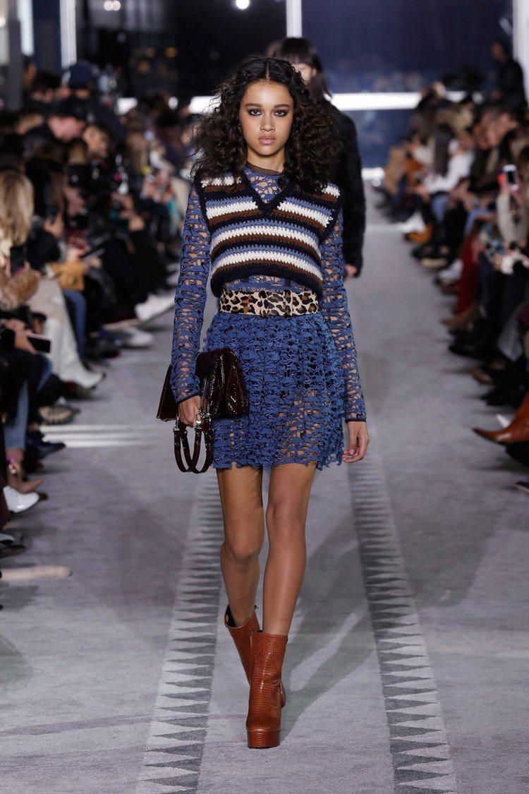 鏤空或皮革短裙分別與針織背心與絲綢襯衫混搭出剛與柔。圖/Longchamp提供