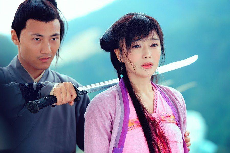 秦嵐(右)飾演荷香。圖/中視提供