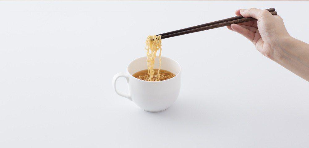 即食迷你拉麵系列,麵條已事先調味,可直接沖泡熱水或烹煮後加入其他食材,亦可作為零...