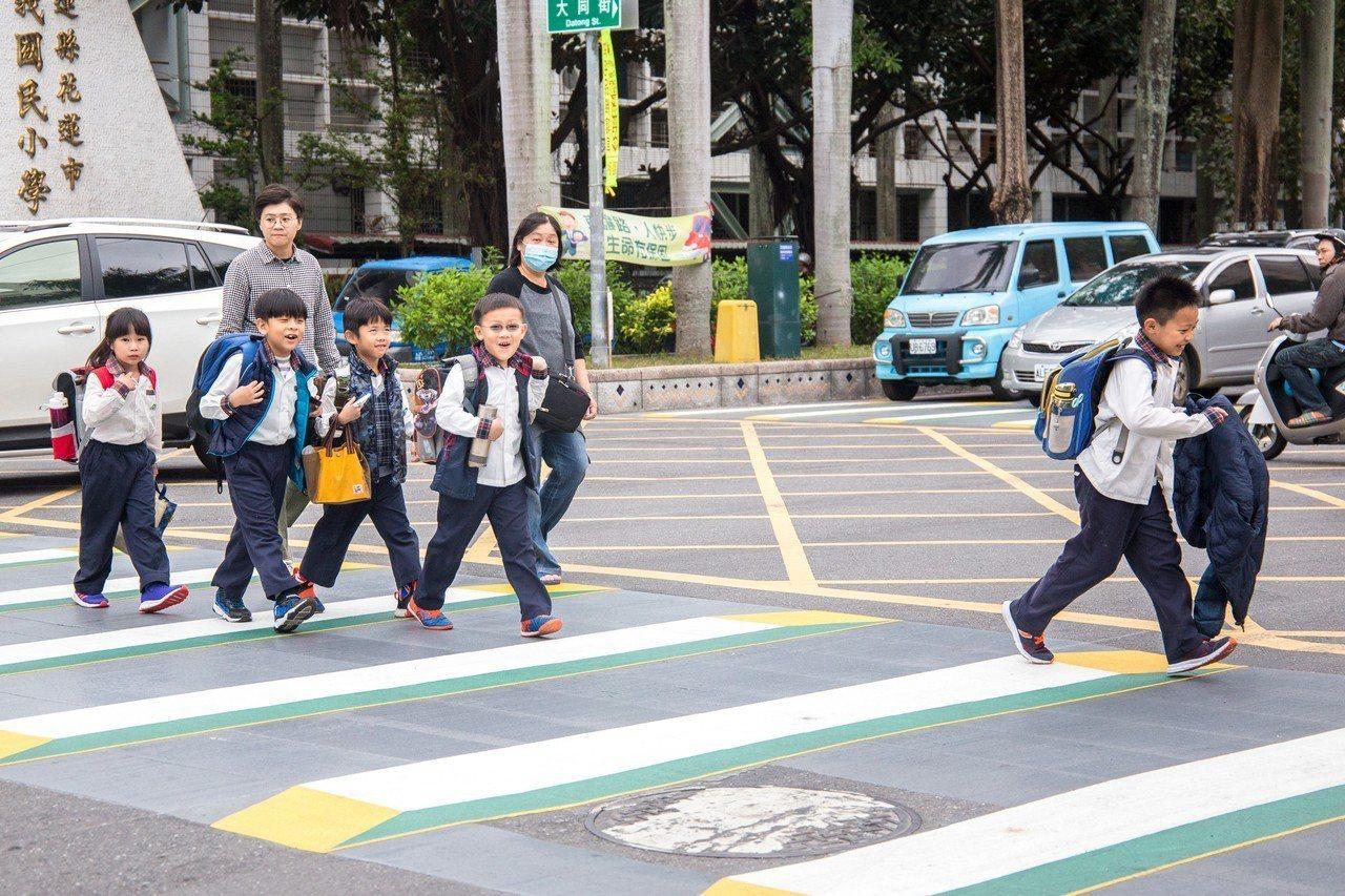 花蓮縣首座3D立體行人穿越線試辦在市區明義國小校門口前,盼讓行人穿越更安全。記者...
