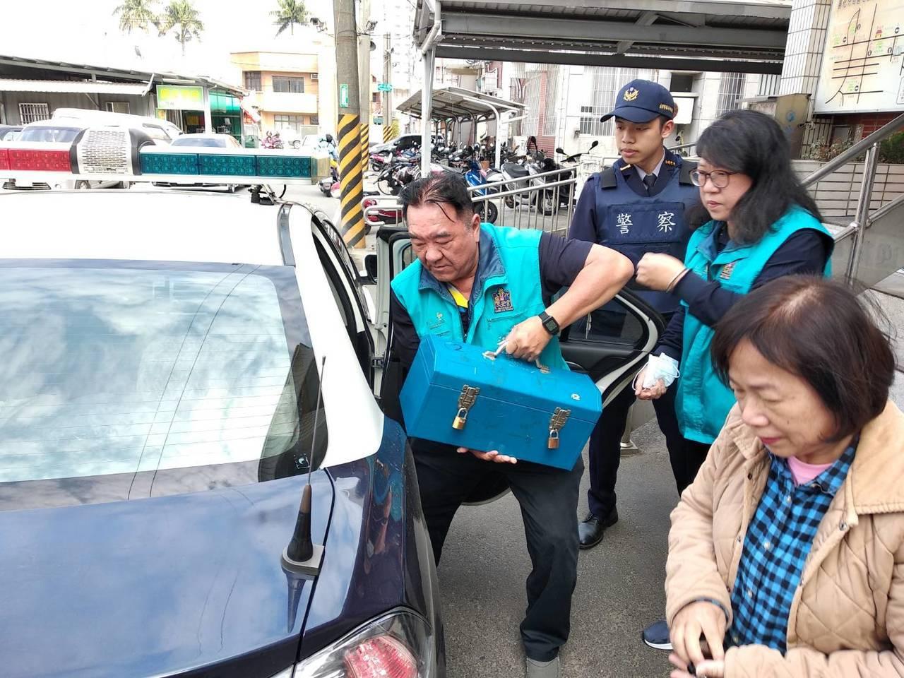 警方協助廟方保管香油錢直到送進銀行。圖╱員警提供