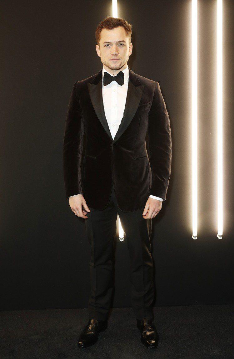 泰隆艾格頓以dunhill的黑色絲絨劍領西裝現身英國影藝學院電影製作派對。圖/d...