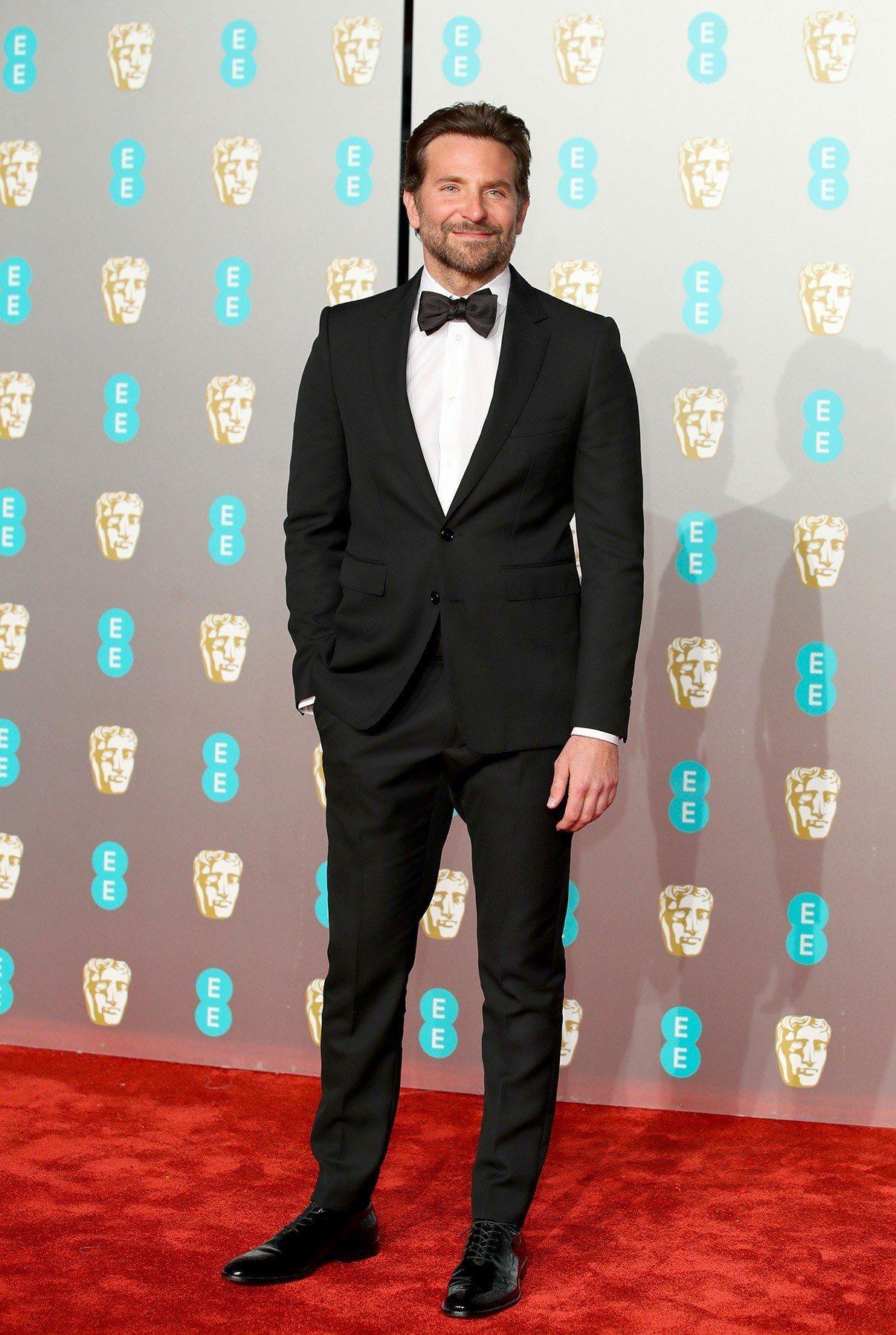 布萊德利庫柏紅在英國影藝學院電影獎毯上,身穿Celine黑色正式晚宴西裝,搭配同...