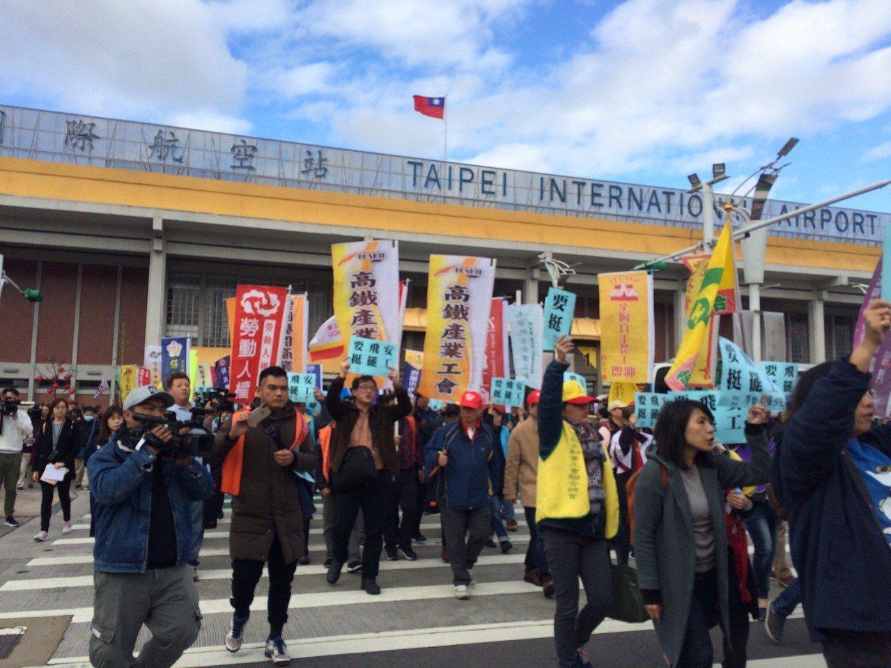 全台60家工會今怒圍松機,力挺華航機師罷工。 記者章凱閎/攝影