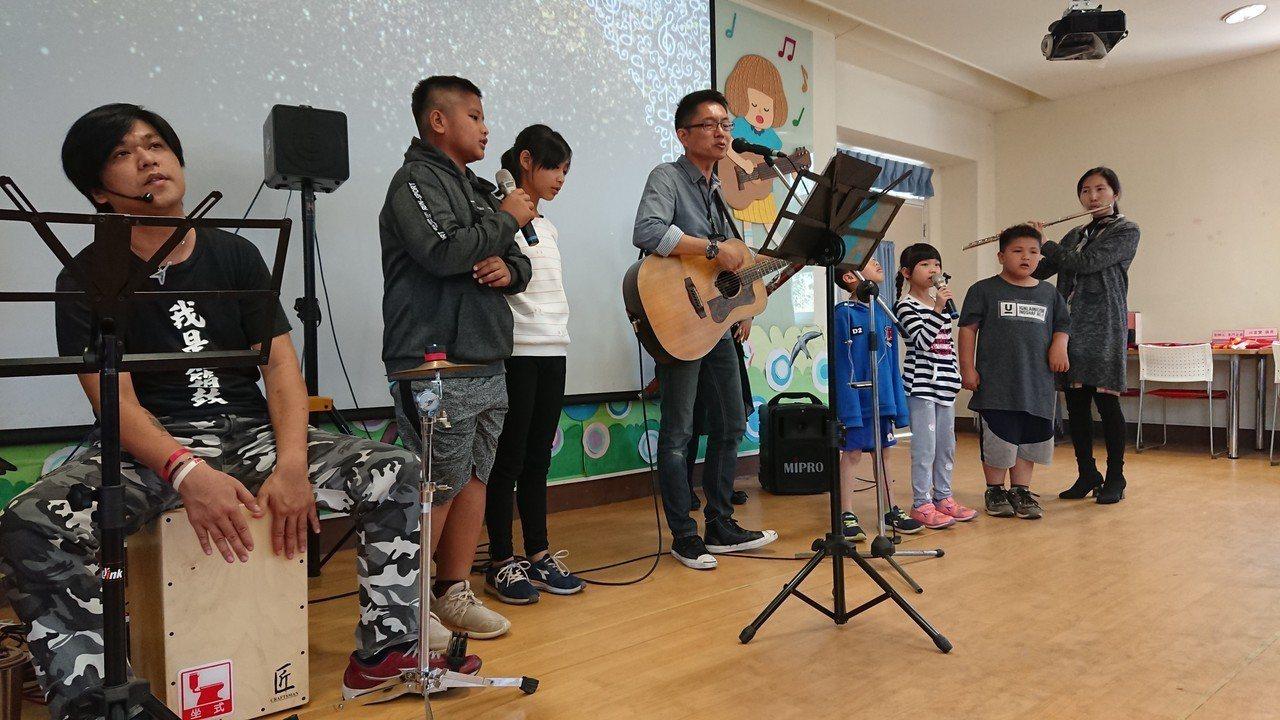 「藝啟芬享列車」帶來音樂展演,用音樂迎接開學日。圖/龍興國小提供