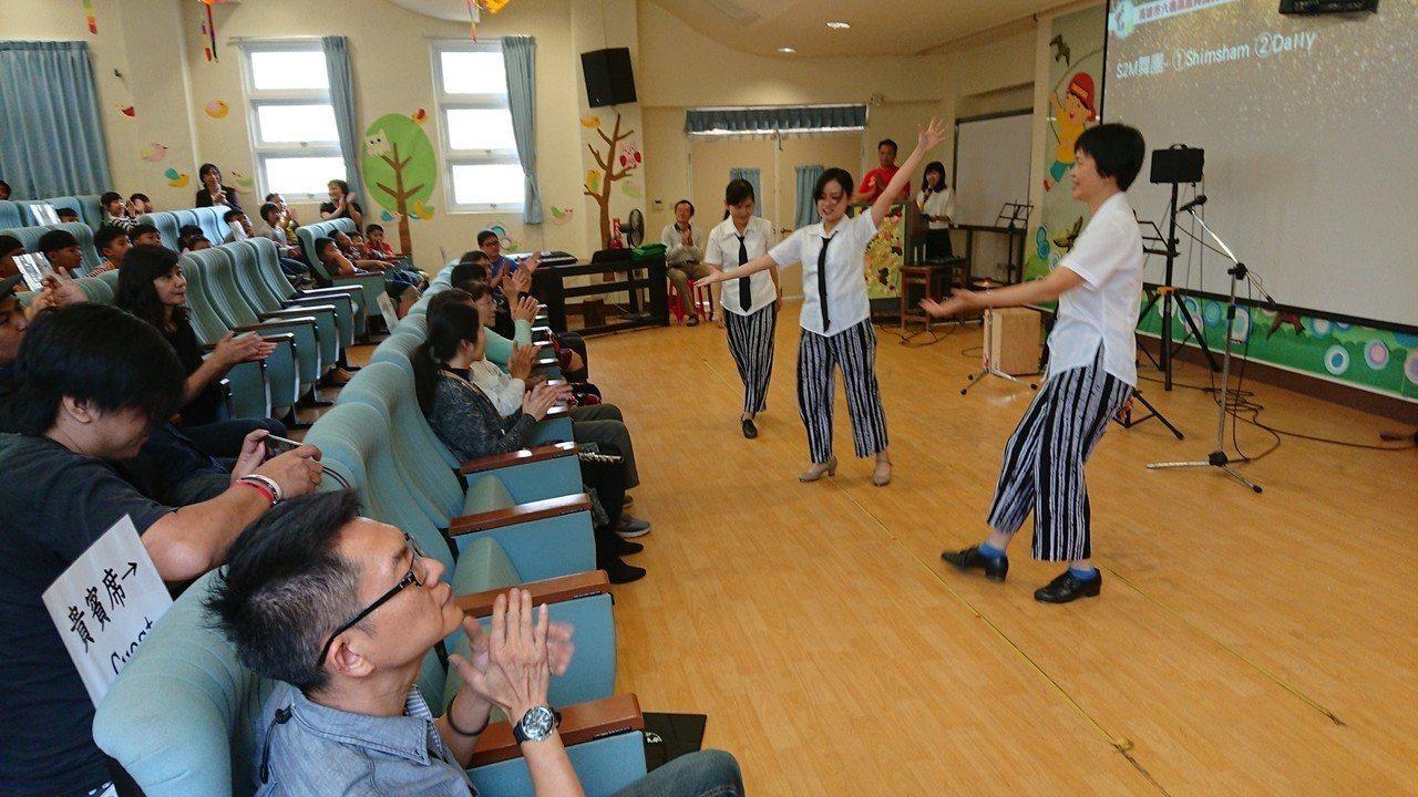S2M舞團表演踢踏舞組曲,小朋友跟著節奏拍手鼓掌。圖/龍興國小提供