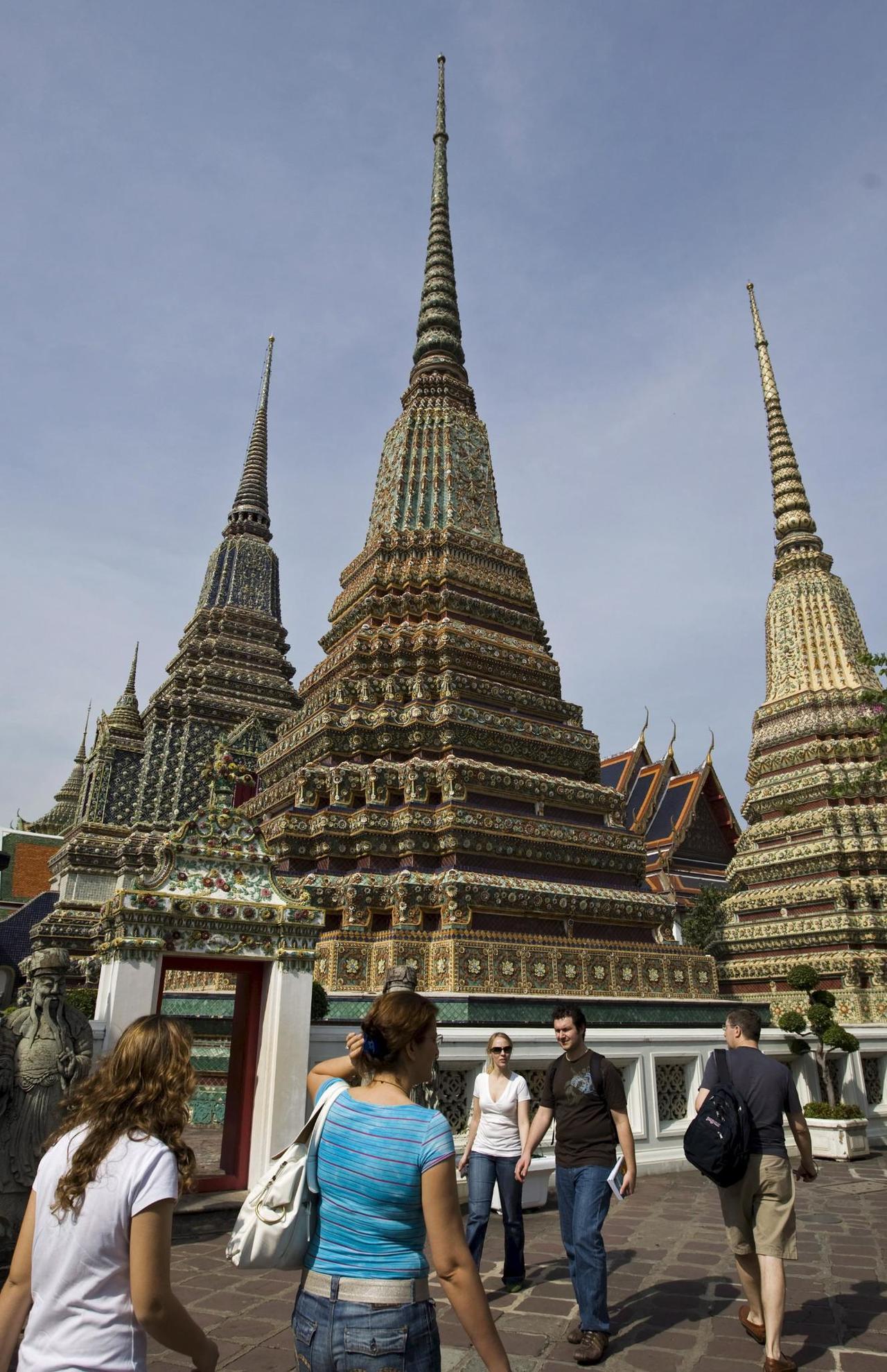 泰國曼谷臥佛寺(Wat Pho),上月把參觀費用調高一倍,漲到每人200泰銖(6...