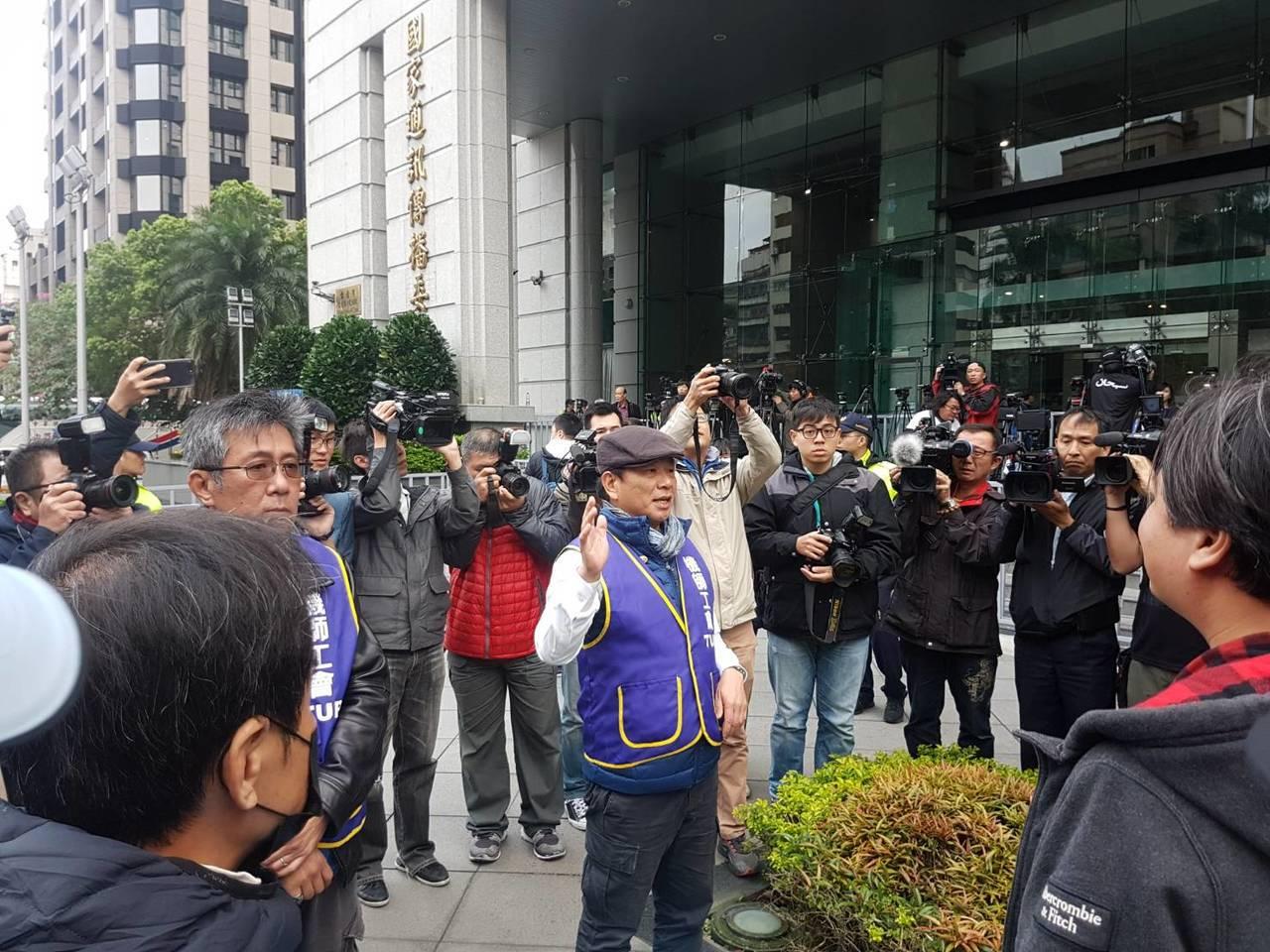 對於罷工持正反意見兩方將在5點多集結交通部前表達訴求,為避免衝突,機師工會代表陳...