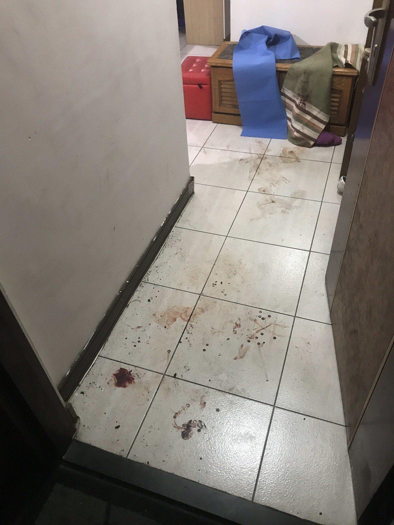陳姓男子被人持牛排刀砍傷送醫獲救,現場血跡斑斑。記者黃宣翰/翻攝
