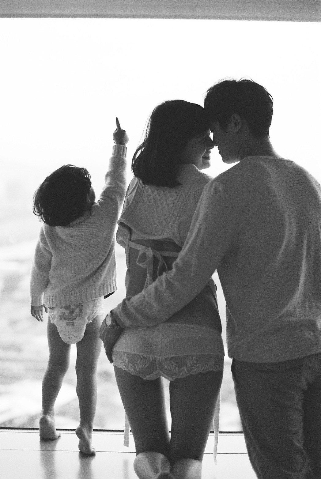 林舒語預產期到,日前挺肚和老公、3歲兒子拍全家福,背影身材依然姣好。圖/多曼尼提...
