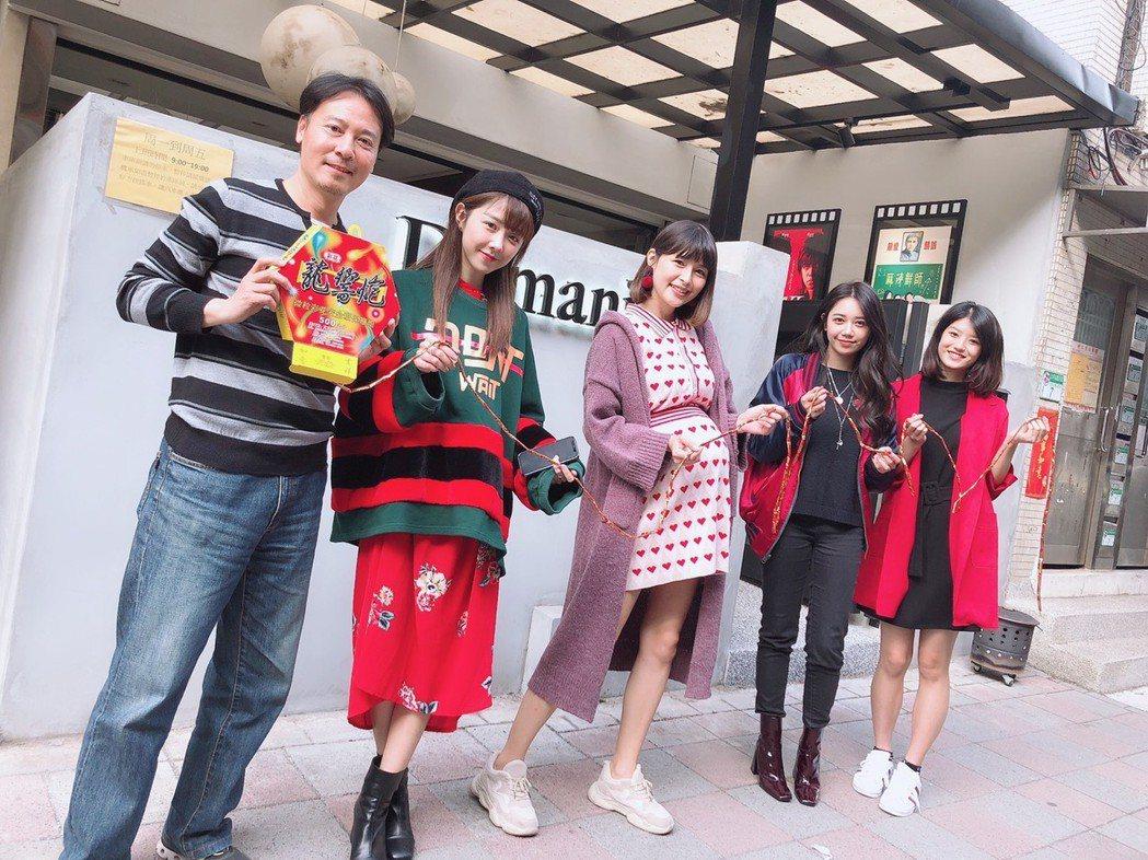 尹昭德(左起)、邵雨薇、林舒語、林茉曦、虹茜出席公司開工團拜。圖/多曼尼提供