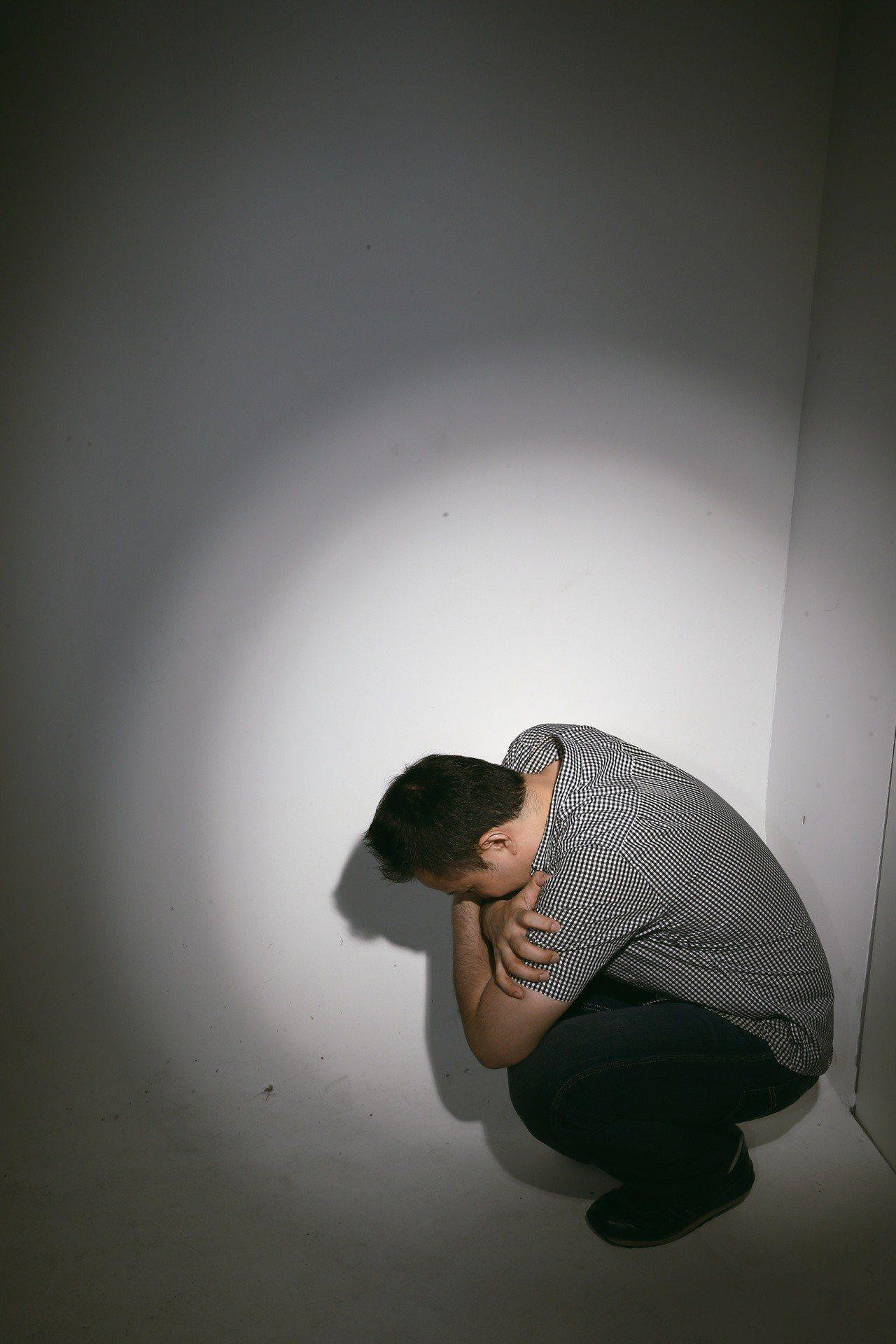 醫生表示,恐慌症無法先預測,常常在短短幾分鐘內,症狀會全部跑出來,感到極度不適。...