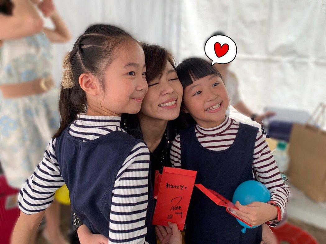 王瞳看到小粉絲送紅包分享喜氣。圖/民視提供