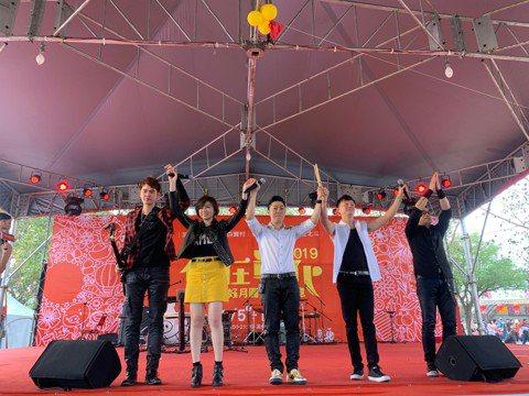 由艾成、王瞳、何豪傑、樂咖、阿修羅組成的「87樂團」,今年推出第二張專輯「霸氣」,好評不斷,今年也是連續第5年過年到彰化溪州公園開唱,每年都吸引大批粉絲到場支持,「87樂團」今年還準備小紅包、遊戲和...