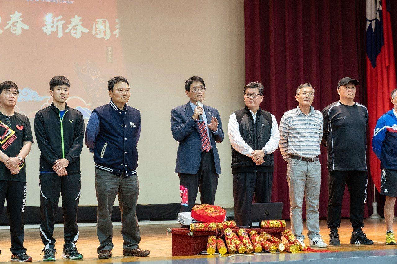 體育署署長高俊雄(左四)和各隊總教練在台上齊祝東奧拚出佳績。圖/國訓中心提供