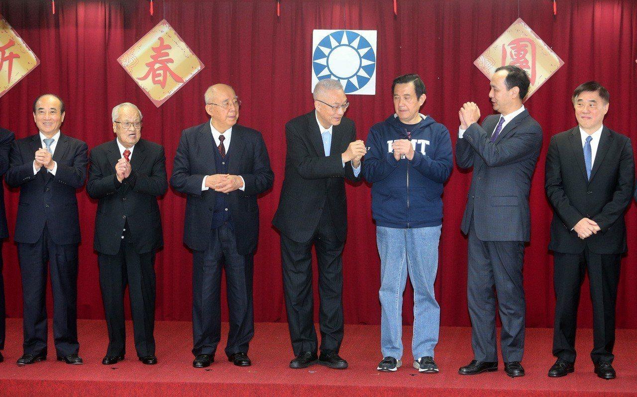 國民黨今天舉行新春團拜,包括國民黨主席吳敦義(中)、前總統馬英九(右三)、新北市...
