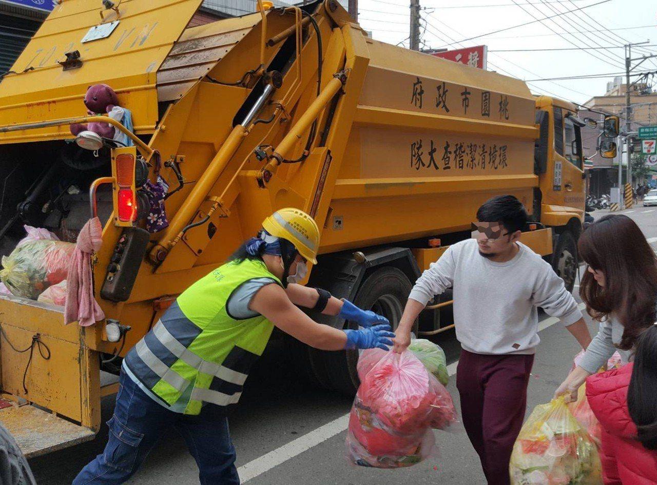 桃園市環保局清潔隊員春節前後清運垃圾,部分市民感謝贈送的紅包及食品、水果,大隊全...