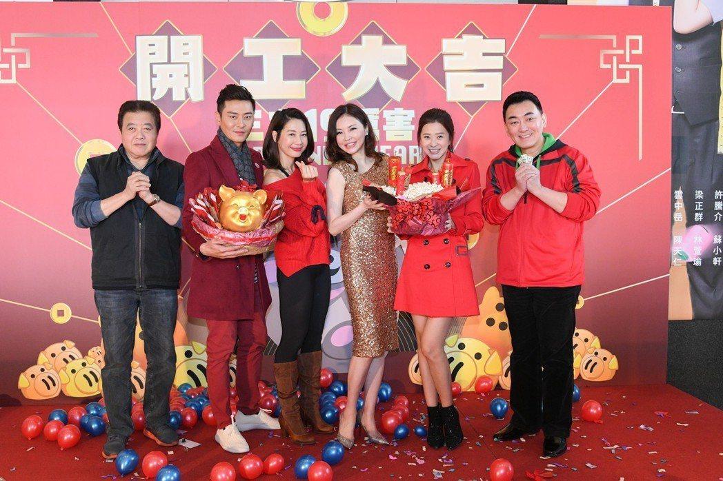 林在培(左起)、陳冠霖、丁寧、何如芸、李燕、徐亨出席三立開工。圖/三立提供