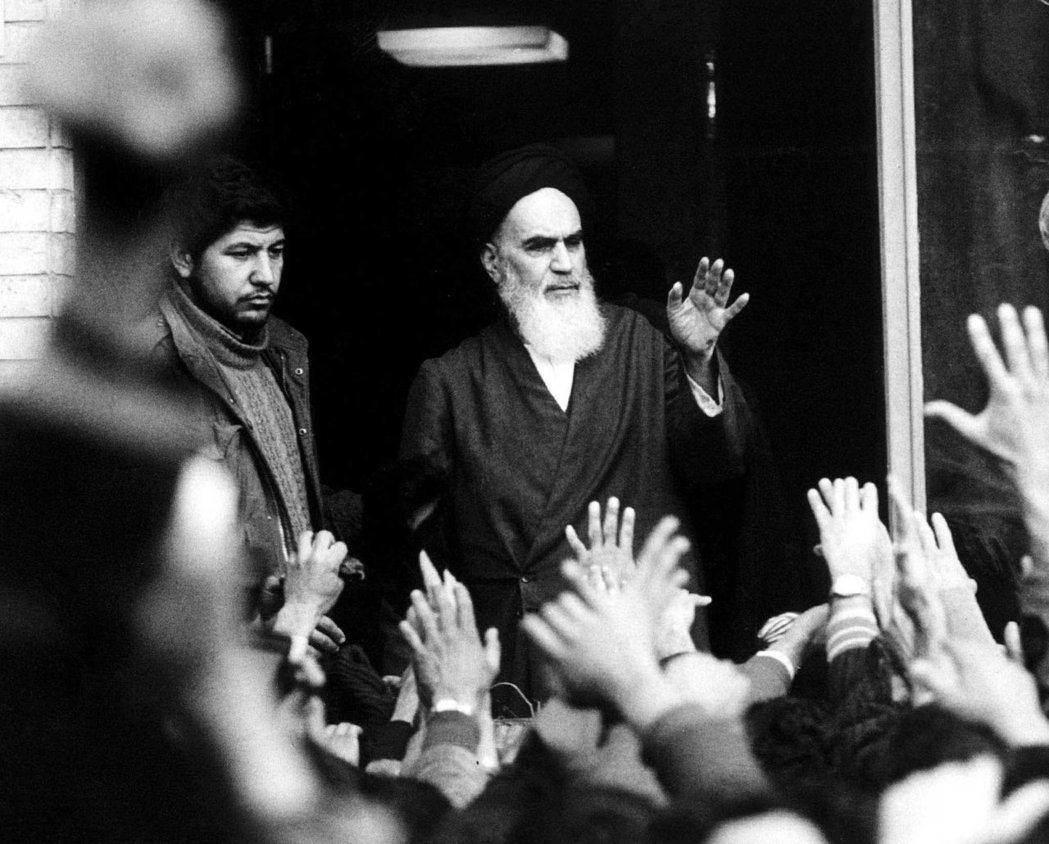 伊朗革命期間,何梅尼在德黑蘭一所學校陽台上發表演說。(路透)