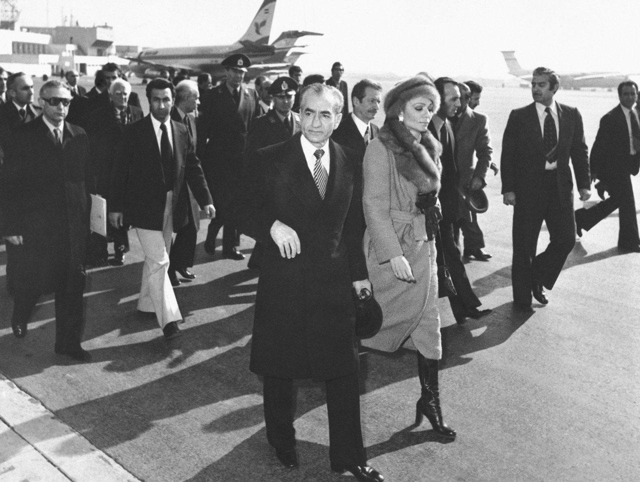 1979年1月16日,伊朗國王巴勒維與王后法拉赫在德黑蘭搭機流亡。(美聯社)