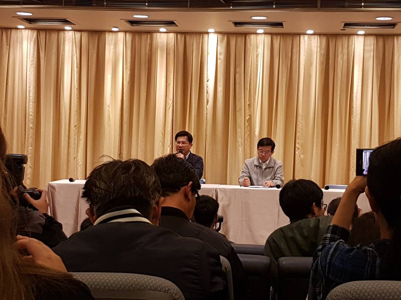 交通部長林佳龍(左)表示,華航勞資協商攸關飛安及乘客的權益,會盡快協助勞資雙方達...