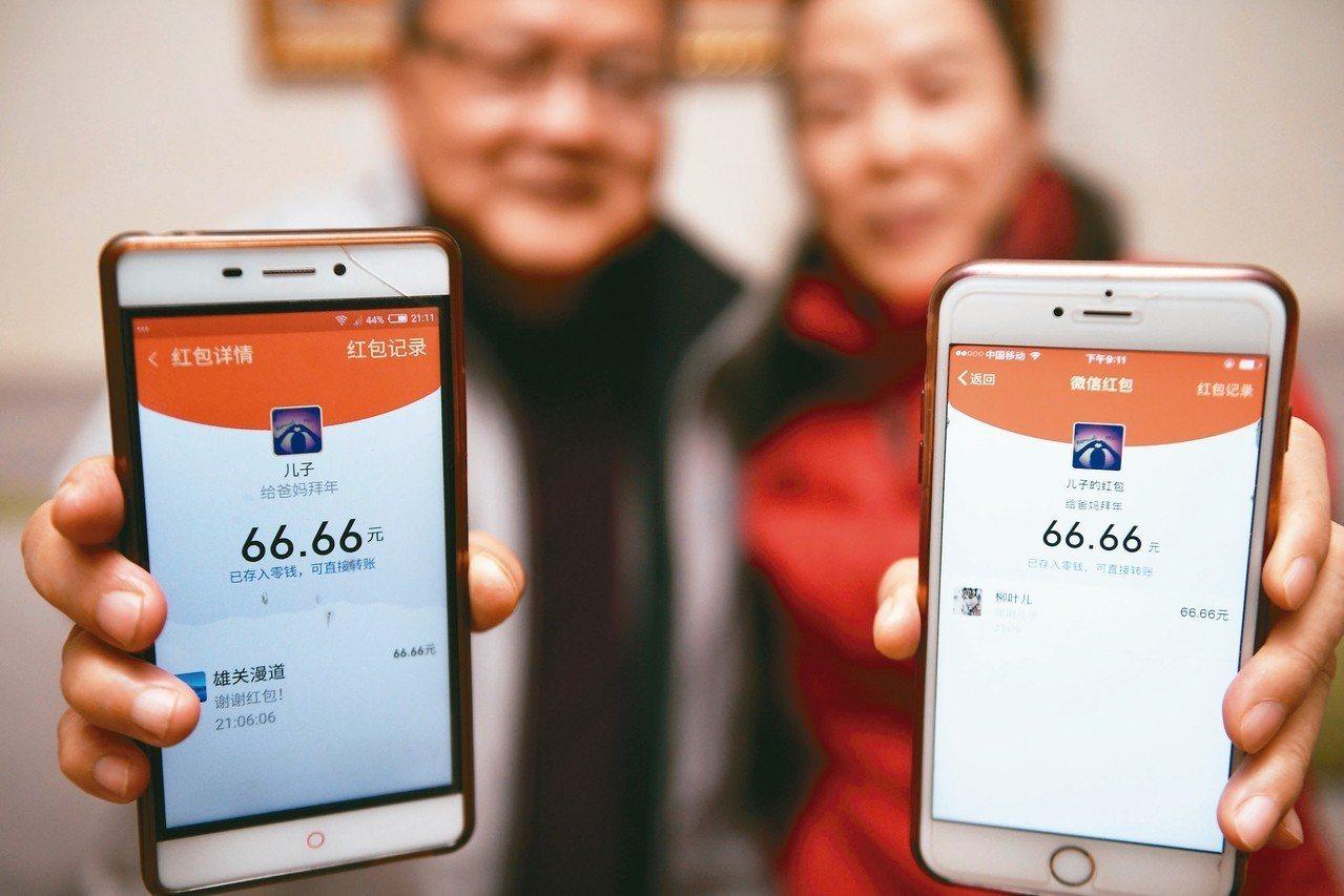 近年來,用微信發紅包,相互祝福問候,已成大陸民眾過春節的新時尚。 新華社